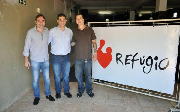 Na foto, vereador Junior Félix, deputado Cobra Repórter e o reverendo Márcio Carvalho, coordenador da ONG.