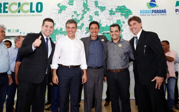 O governador Beto Richa assinou, nesta terça-feira (19) convênios com 173 municípios para investirem em coleta seletiva de lixo, melhoria na infraestrutura urbana, material e espaço para a prática de esporte e equipamentos para melhoria de estradas rurais. Os convênios somam R$ 38,8 milhões.  Curitiba, 19-09-17. Foto: Arnaldo Alves / ANPr.