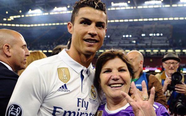 Cristiano Ronaldo e sua mãe Dona Dolores/Internet